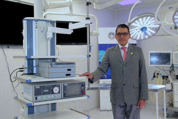 Dr. Félix Ortega Álvarez, Managing Director of the Ortega Clinic, introducing the new integrated 3D operating room.