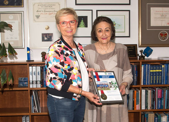 International Day of Charity: Dr. h. c. mult. Sybill Storz presents a donation of 2000 € to Dr. Elisabeth Kauder, president of German Doctors