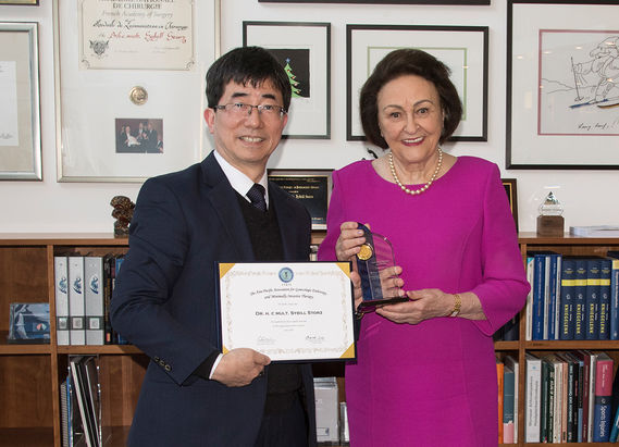 Professor Chyi-Long Lee presents APAGE (Asia-Pacific Association for Gynecologic Endoscopy and Minimally Invasive Therapy) honorary membership to Dr. h. c. mult. Sybill Storz.
